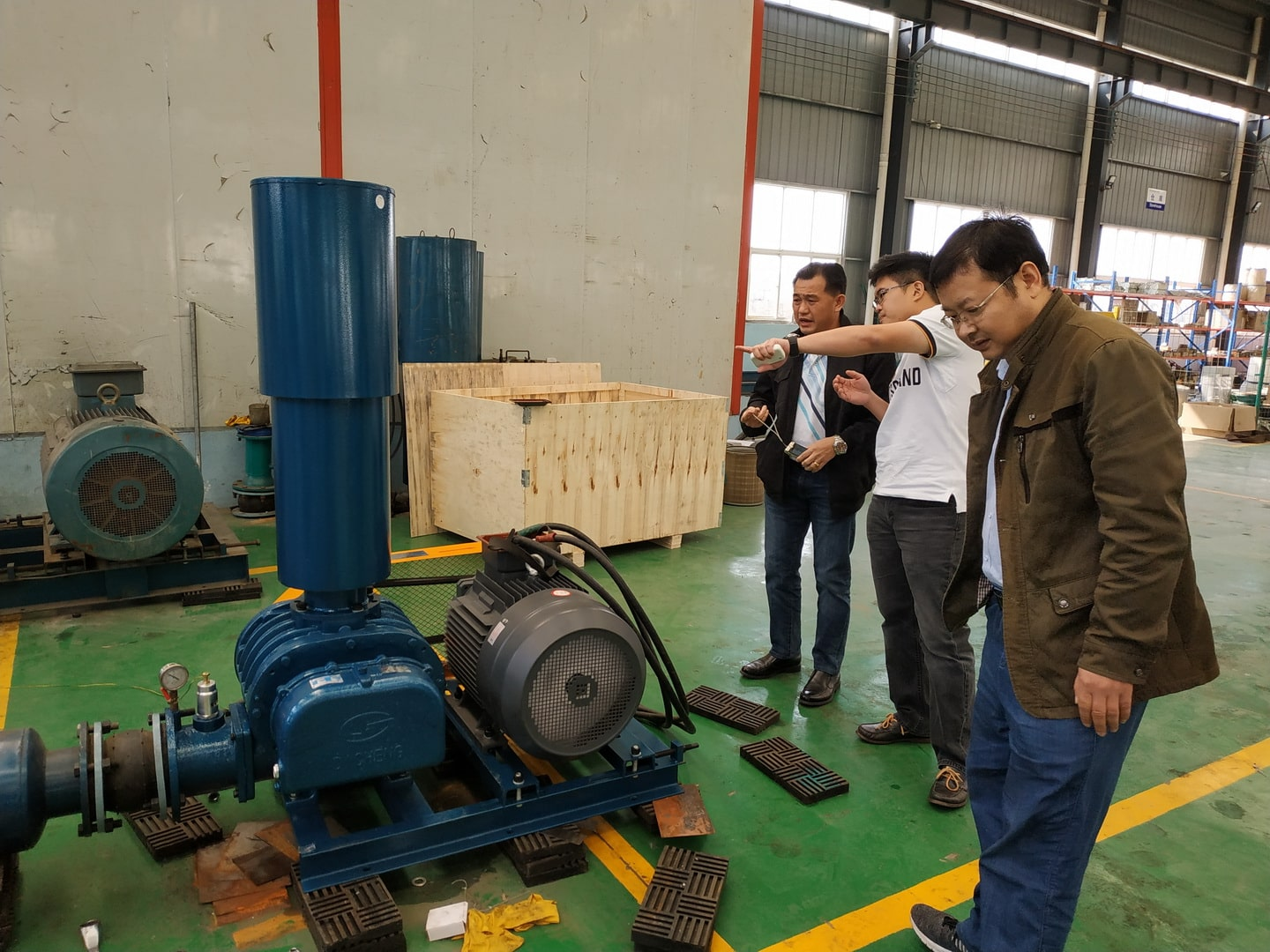 Roots blower customers come to Dacheng Machinery to visit and inspect